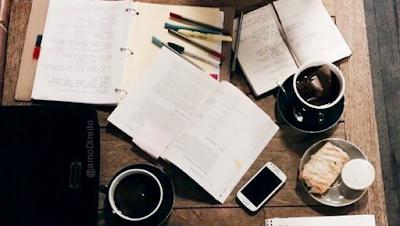 Plano de Estudo livros mesa celular