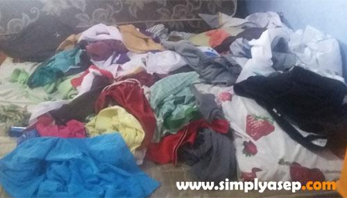 CUCIAN KOTOR LEMBAB : Dalam kondisi banjir seperti ini tumpukan pakaian kotor atau pakaian yang belum kering sebaiknya dikeluarkan dari dalam kamar atau rumah karena udara lembab yang diciptakannya bisa mempekeruh udara dalam rumah. Foto Asep Haryono