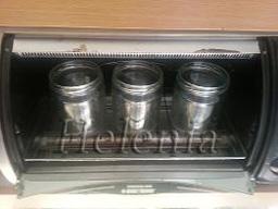выливаем воду из банок и ставим их в духовку при Т 200С и держим там до полного высыхания .