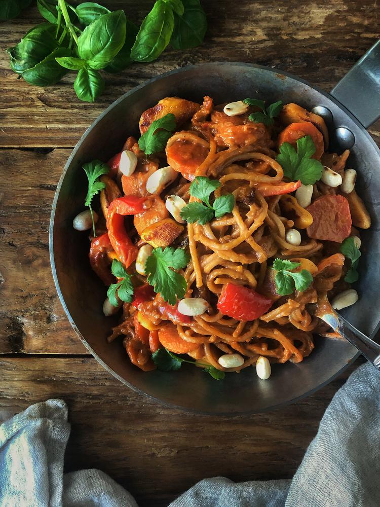 pastaa ja kasviksia maapähkinävoikastikkeessa