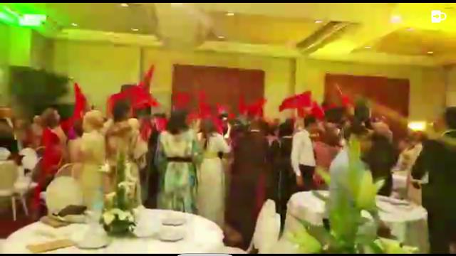 Zrzut filmiku z marokańskiego wesela na którym goście świętuja 40 rocznicę Zielonego Marszu
