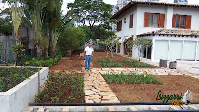 Bizzarri visitando obra onde estamos fazendo a execução do caminho de pedra no jardim, sendo caminho com pedra com junta de grama e pedra tipo cacão de São Tomé. 30 de janeiro de 201