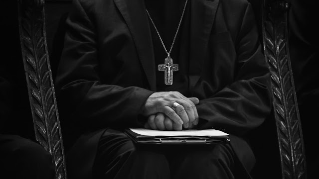 Un sacerdote roba más de 130.000 dólares a su parroquia para apostar en Internet