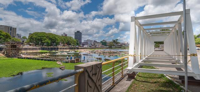 Resultado de imagem para passarela que está sendo construída sobre o Rio Cachoeira