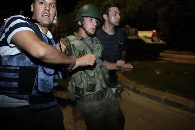 rakyat Turki tangkap militer pro kudeta (c) 2016 Merdeka.com/twitter