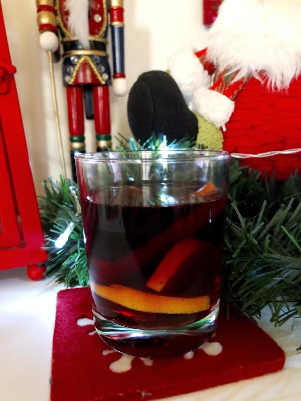 Ζεστό κρασί με μπαχαρικά, ή mulled wine ή Glühwein γεμάτο αρώματα υπόσχεται να μας ζεστάνει και να φέρει τα Χριστούγεννα στο ποτήρι μας | Ioanna's Notebook