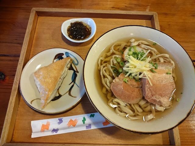 沖縄そば(もずく酢付)とおからいなりの写真