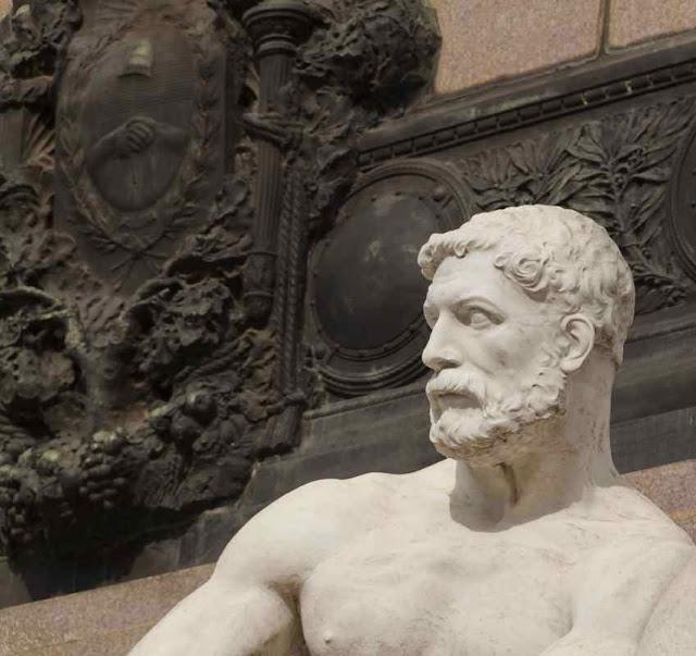 Cabeza masculina de escultura