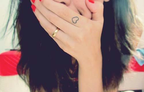 kalp dövmesi parmak finger heart tattoo