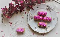 Waferini alla vaniglia con crema di mascarpone e panna alla pitaya rossa
