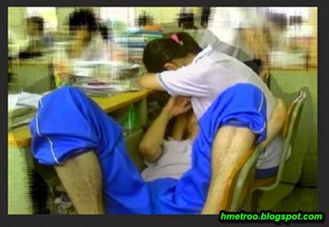 Gambar Aksi Tidak Bermoral Pasangan Pelajar Dalam Kelas