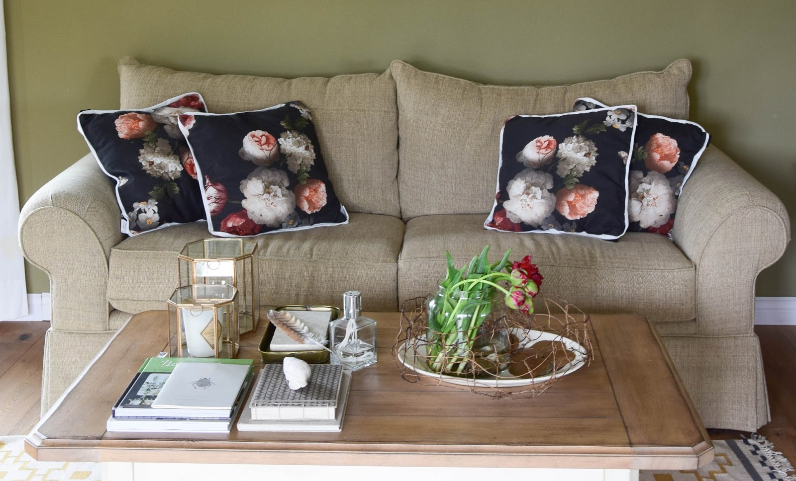 blumen deko wohnzimmer kissen beistelltisch spiegel wohnen dekorieren dekoidee