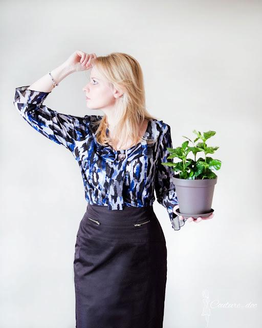 Granatowoszara bluzka, grafitowa spódnica, roślina arabica