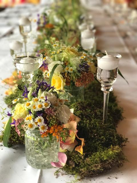 Tischdekoration mit Moos, Bunte Wiesenblumenhochzeit im Riessersee Hotel Garmisch-Partenkirchen, heiraten in Bayern, zwei Bräute, Regenbogen