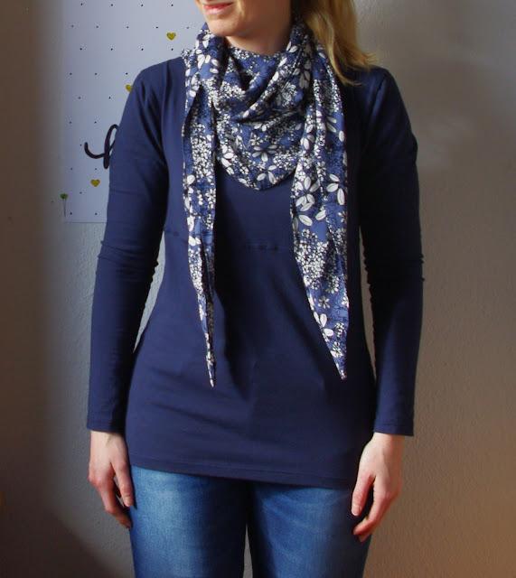 Frau mit Shirt Wintershirt mit Tuch Schnittmuster für Frauen von AnniNanni selbst genähtes Damen Oberteil Longsleeve aus Jersey mit Viskose Schal Blau Blumen