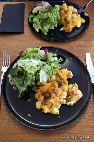 Gnocchi-Kürbis-Lauch-Auflauf mit grünem Salat im Klauprecht in Karlsruhe