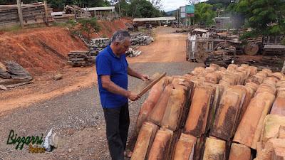 Bizzarri visitando um depósito de madeiras de demolição. Na foto, escolhendo telhas de barro, sendo telhas caipiras, aquelas que os antigos diziam achar telhas caipiras com a data de mais de 300 anos. Acho linda essas telhas para fazer construções rústicas. 24 de março de 2017.