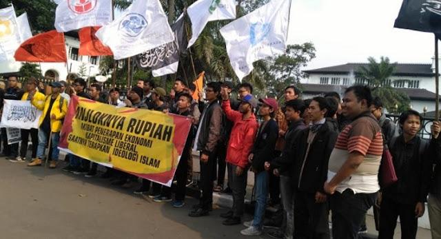 Rupiah Melemah, Puluhan Mahasiswa Gema Pembebasan Gelar Aksi Unjuk Rasa di Gedung Sate