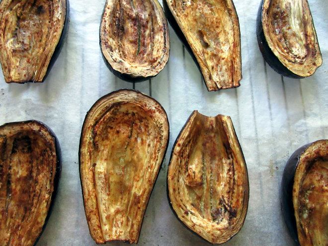 Eggplant stuffed with tuna and bulgur by Laka kuharica: remove baked eggplant halves from the oven, set aside
