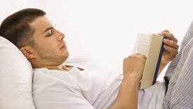 6 Aktivitas Sebelum Tidur yang Lebih Baik daripada Memandang Layar Ponsel Anda