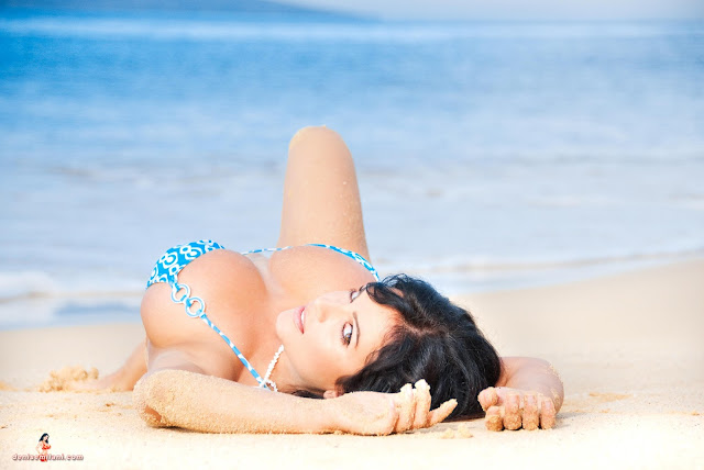 Denise-Milani-Big-Beach-hd-and-hq-photoshoot-image-31