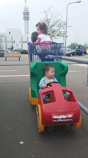 ИКЕА предлага специални колички за пазаруване с кола и кормило, което мъниците въртят.