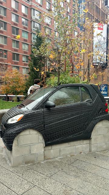 """Розумне дерево"", скульптор Нарі Вард. Парк Хай-Лайн, Нью-Йорк (""Smart Tree"". Nari Ward. High Line Park, NYC)"
