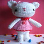 http://www.jennyandteddy.com/2016/11/emma-sweet-little-bear-and-emily-kitten-free-amigurumi-crochet-pattern/