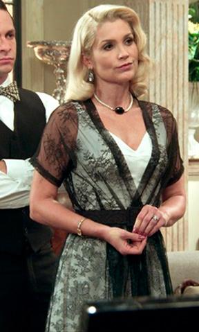 sandra com vestido branco e sobretudo transparente preto
