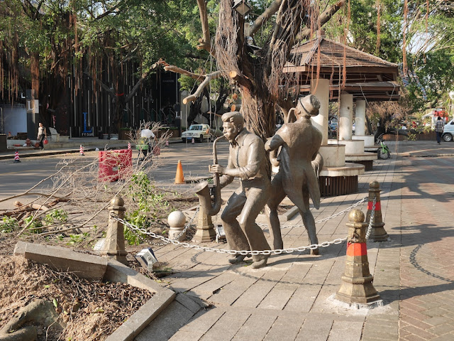statues of two men playing saxophone on the Bay Bar Street in Zhuhai