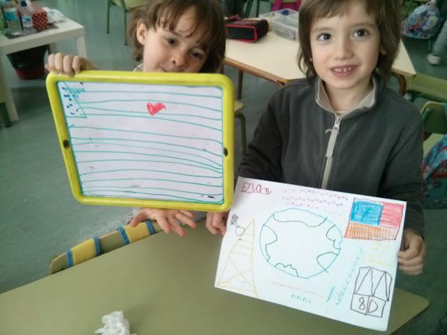 dos niños con sus creaciones