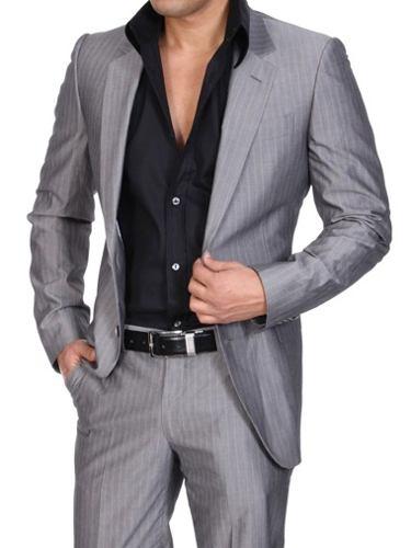 A continuación te dejo algunas imágenes de hermosos trajes para hombres elegantes, espero que les guste: Un traje oscuro con una camisa de color es una opción perfecta para acudir a una fiesta importante. 9. En cuanto a los pantalones.