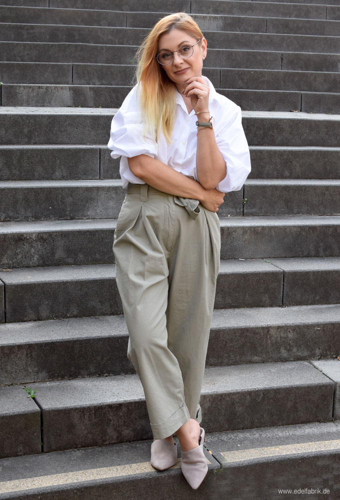 Outfit im Menocore Style mit Hose in Beige und Bluse in Weiß, so stylst Du Menocore,