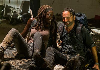 Rick e Michonne ridono divertiti dopo il crollo del tetto... preoccuparsi di eventuali Zombie nella stanza pareva brutto?!?