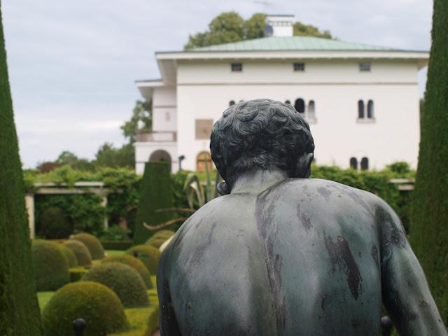 Sollindens Slot med formklippede buske og statuer i bronze