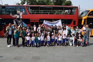 Siswa KB Kristen Kalam Kudus Surakarta Berkeliling Kota Solo dengan Bus Werkudara