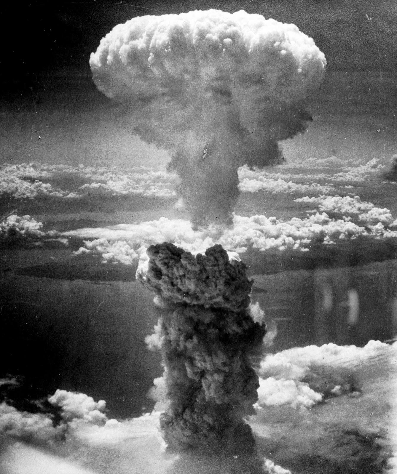 http://upload.wikimedia.org/wikipedia/commons/e/e0/Nagasakibomb.jpg