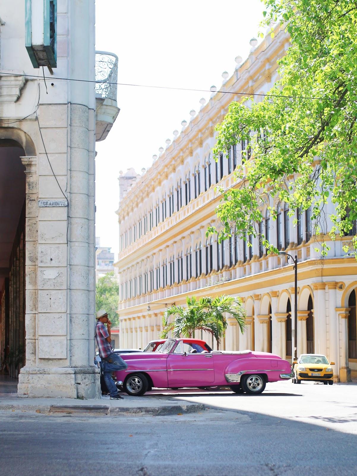 Voiture américaine décapotable rose à La Havane - Cuba
