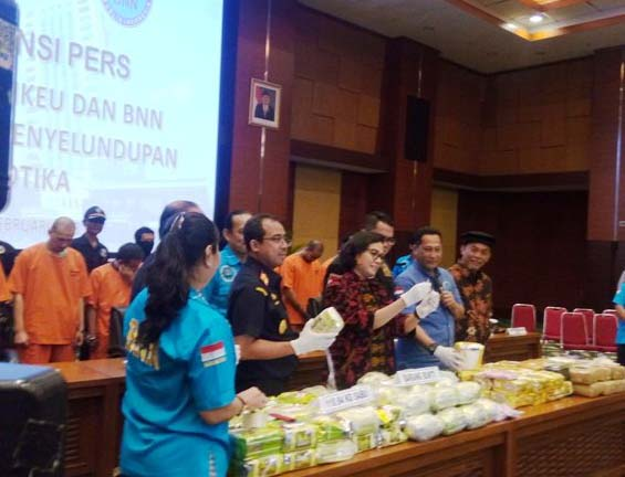 Kepala BNN Komjen Budi Waseso memberikan keterangan pengungkapan tersangka narkoba.