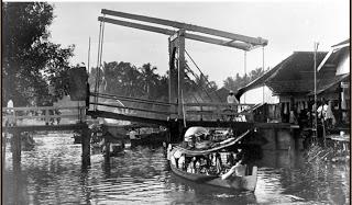 jembatan tarik di pintu masuk kanal yang menghubungkan sungai martapura dengan barito kuin banjarmasin kalimantan selatan sebelum 1944