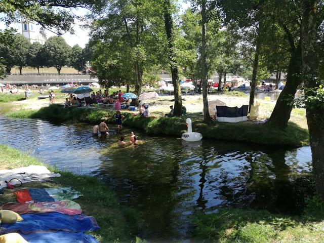 Zona fluvial para crianças com sombra