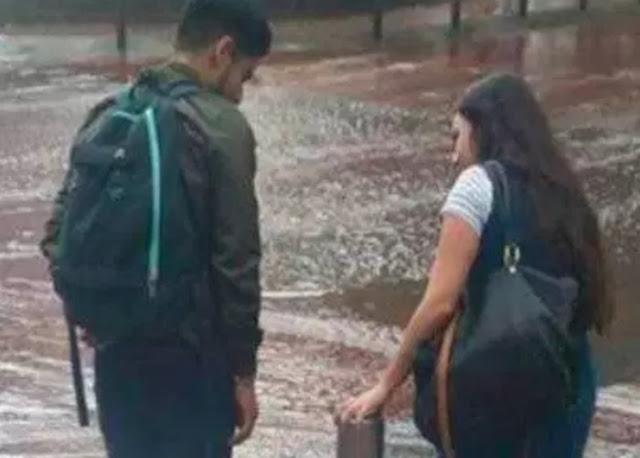 Novia carga a su novio para pasar una calle con charco