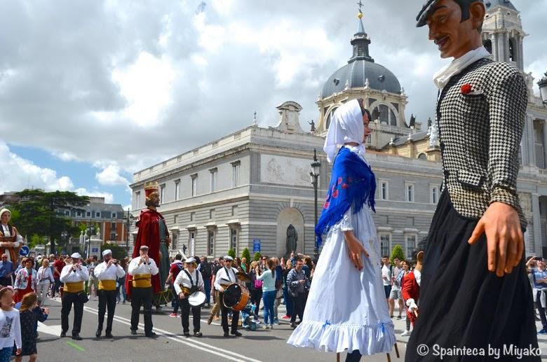 Fiestas de San Isidro en Madrid マドリードの王宮前で行進する音楽隊と大きな伝統人形