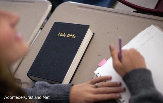 Estudian la Biblia en escuela