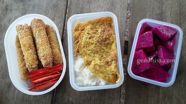 Bekal sederhana: roti isi sosis, nasi dengan mie goreng dan telor dadar, buah naga