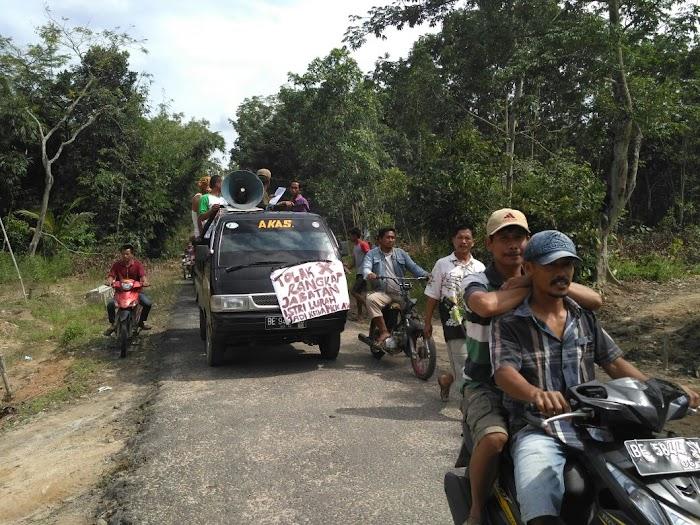 Diduga Kepala Kampung Korupsi, Ratusan Masyarakat Trimulya Jaya Geruduk Balai Desa