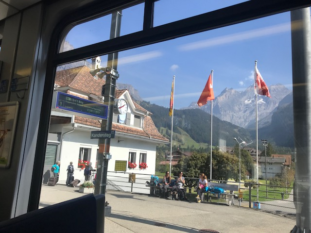 スイス・フルーティゲンから列車に乗ってブリークまでの途中駅