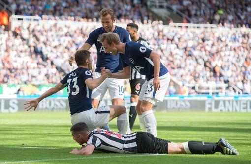 Newcastle 0-2 Tottenham: Quá may cho Gà trống