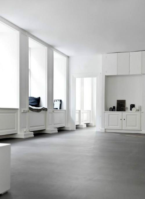 Die Norm Architects haben in Kopenhagen ein neues Studio eröffnet. Die Räume weiße Wände und einen hellgrauen Boden und sind schlicht-minimalistisch eingerichtet.