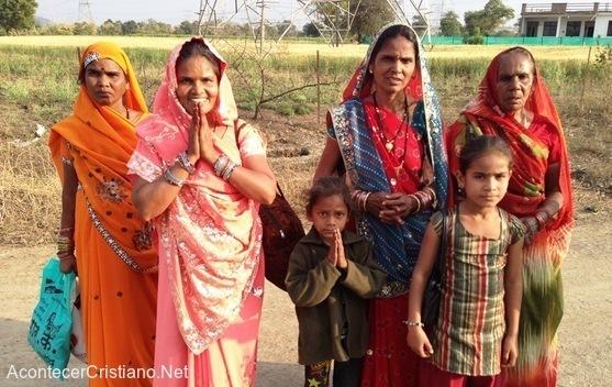 Tribu de la India abandona ídolos y siguen a Cristo